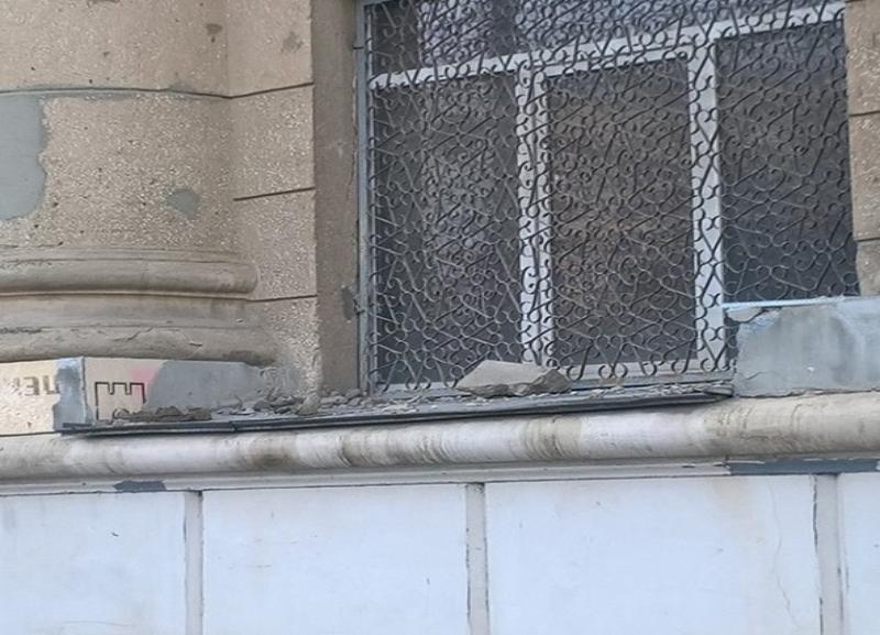 Отваливаются куски карниза, килограмм по 10, - житель Волгограда о здании военной прокуратуры