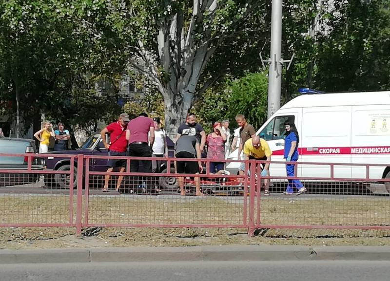 Байкер на спортивном мотоцикле врезался в иномарку на юге Волгограда: мужчина в больнице