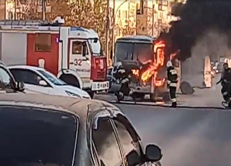 На видео попал загоревшийся на ходу автобус в Волжском