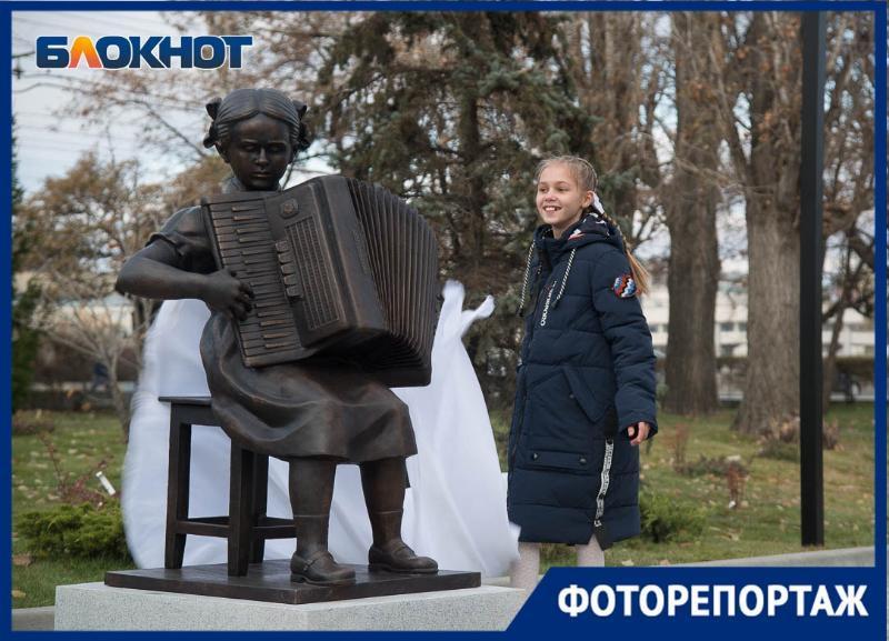 Девочка с аккордеоном поселилась в новом сквере в Волгограде