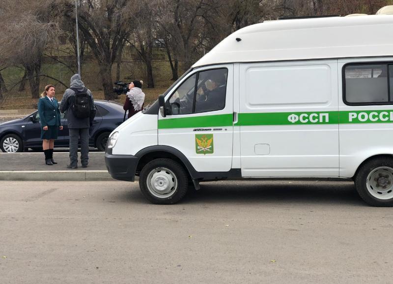 Должников ловят приставы на центральной набережной в Волгограде