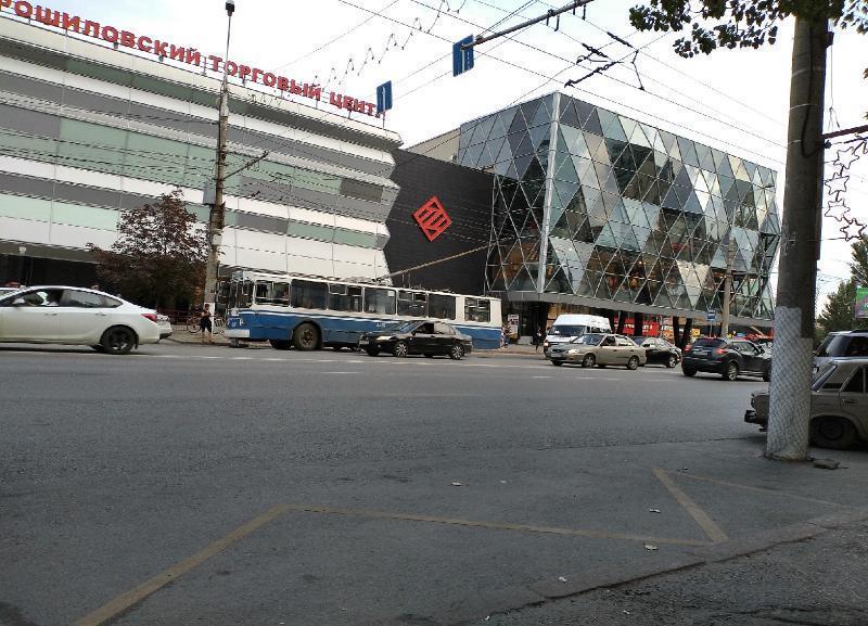 Дерзкий водитель на Hyundai Creta подрезал троллейбус в центре Волгограда: есть пострадавшая