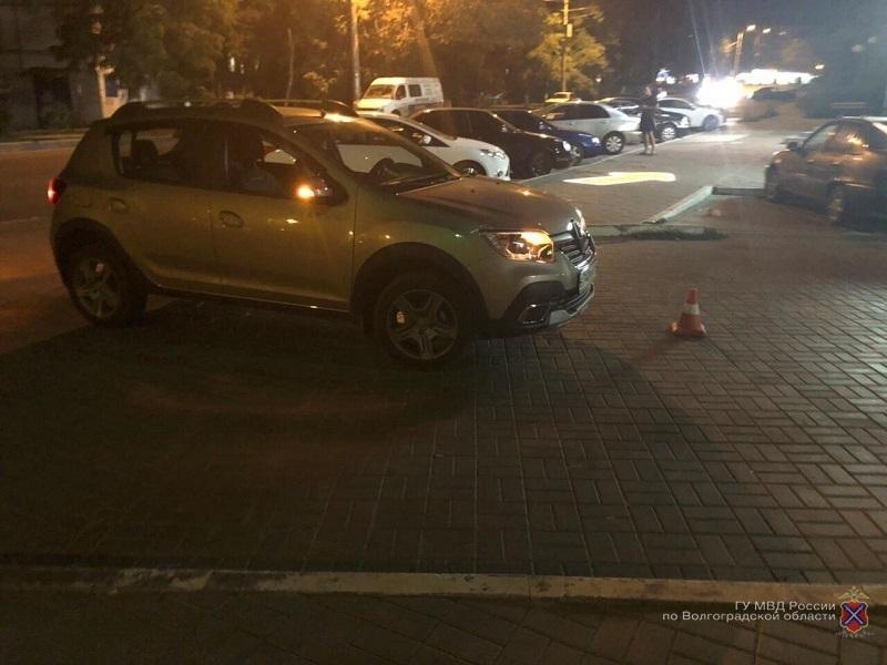 Водитель Renault Sandero сбила пешехода на парковке на юге Волгограда: женщина в больнице