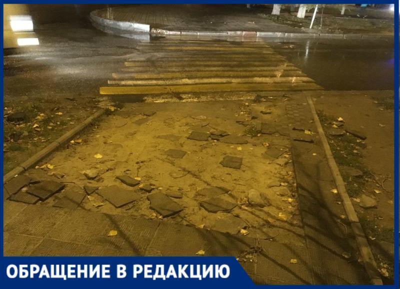 «Здесь недалеко травмпункт»: на юге Волгограда жители ходят в больницу по разбитой дороге