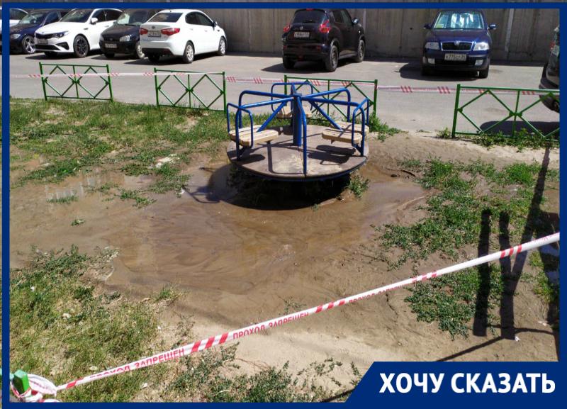 Топит детскую площадку: «гейзер» забил из-под земли во дворе Волгограда