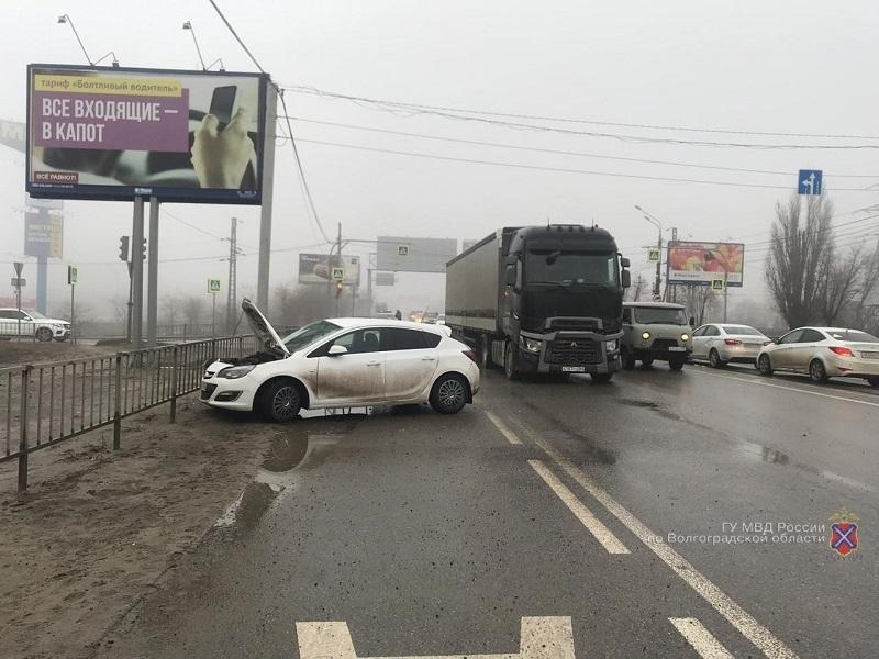 Два человека пострадали в аварии на западе Волгограда с участием водителя из Воронежа
