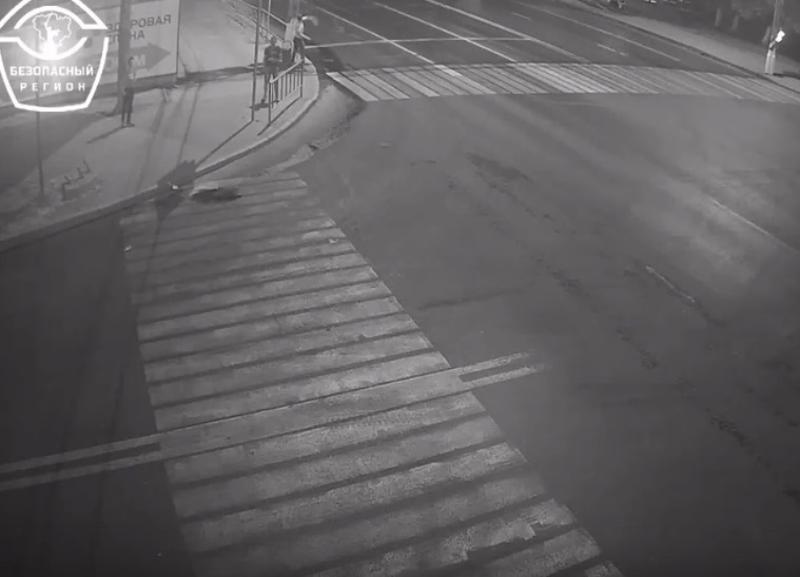 На видео попало, как трое молодых людей разгромили светофор в Волгограде