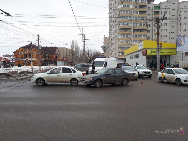 Женщина-водитель на Toyota протаранила «Ладу» в Волгограде: мужчина и 1,5-годовалый ребенок в больнице