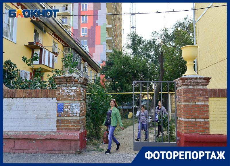 Халтуру капремонта на домах времен Сталинграда показал фотограф