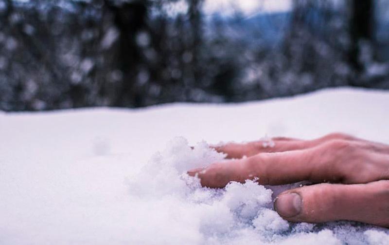 Замерзшего молодого человека обнаружили сидящим узабора вселе под Волгоградом