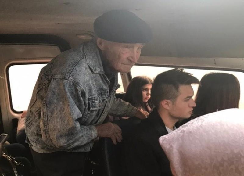 Пожилой мужчина стоял в маршрутке, пока молодежь сидела и «залипала» в телефонах в Волгограде