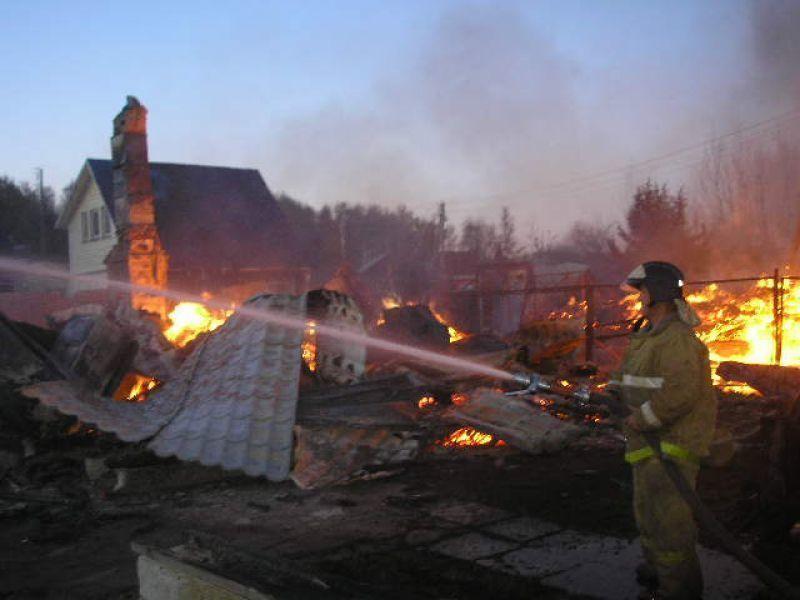 Четыре дачных дома подожгли злоумышленники в Калачевском районе