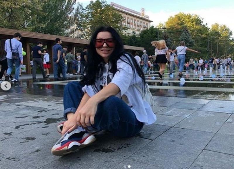 Певица Елка незаметно прогулялась по набережной Волгограда