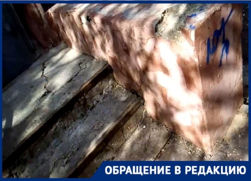 «Ступеньки обвалились, будто их грызли по ночам»: через полосу препятствий идут домой жители дома в Волгограде