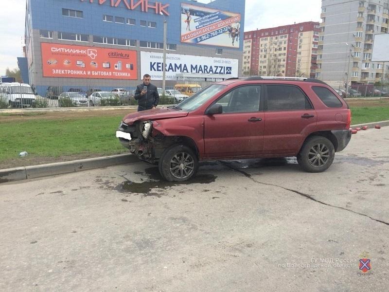 Пьяный водитель Kia протаранил три авто в Волжском: четыре человека в больнице