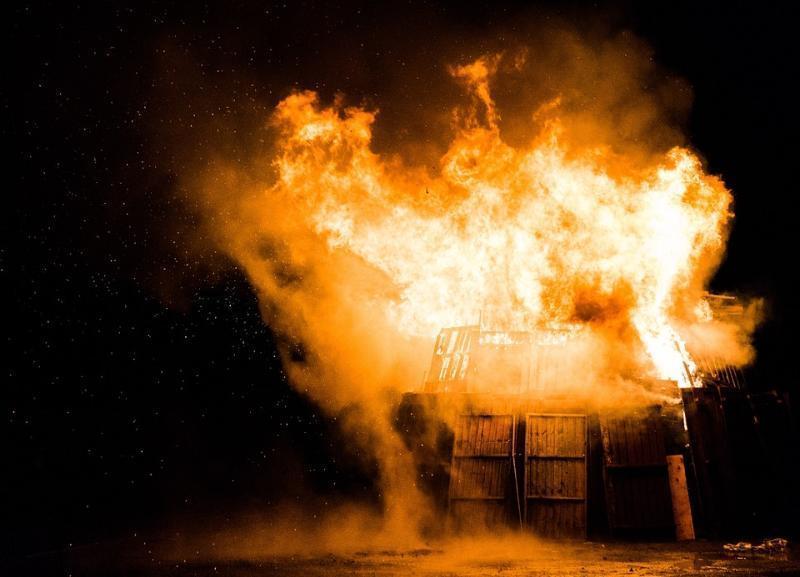 Вблизи элитного поселка в Волгоградской области тушили пожар