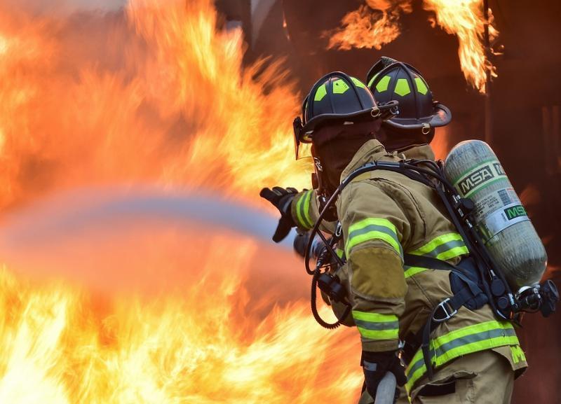 Мужчину и женщину из горящей квартиры спасли в Волжском