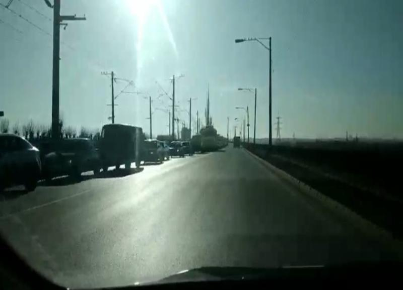 Волгоградец заснял на видео бесконечную пробку на подъезде к Волжской ГЭС
