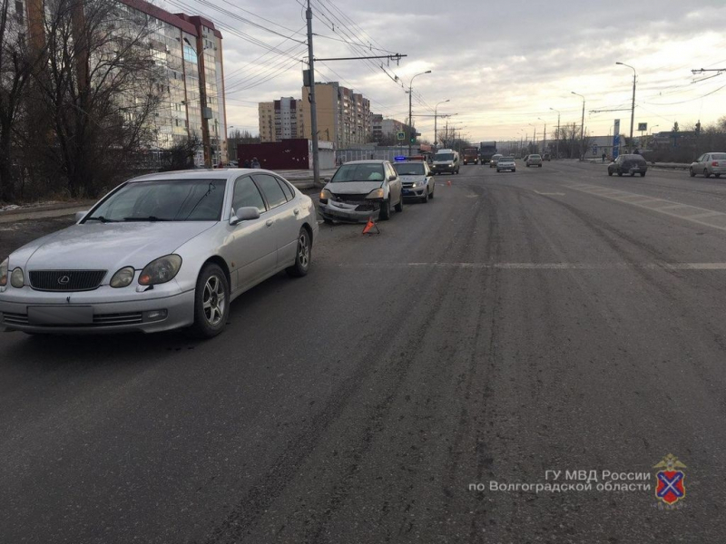 На юге Волгограда Honda протаранила припаркованный Lexus: 11-летняя девочка в больнице