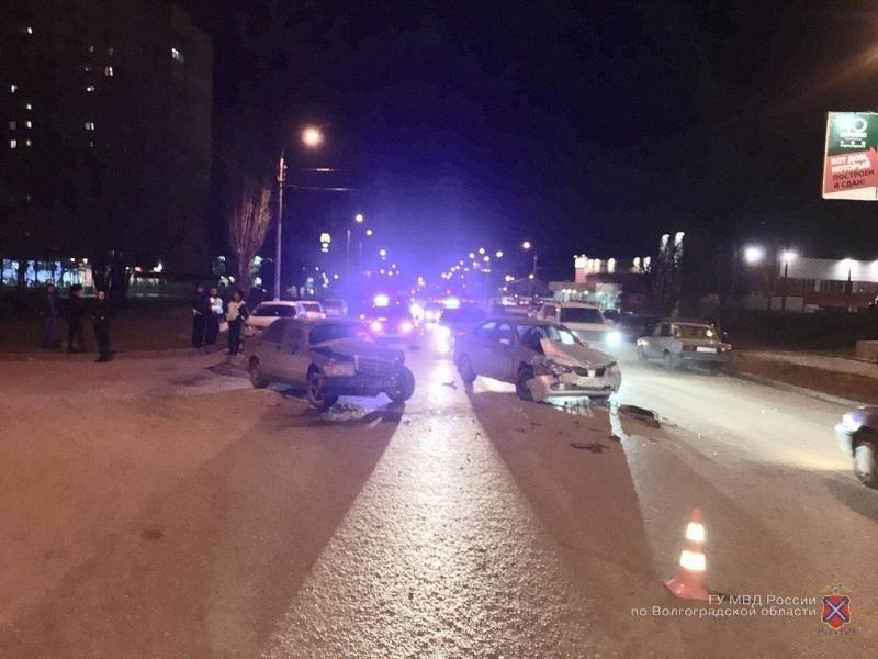 Mercedes протаранил Nissan в Краснооктябрьском районе Волгограда: 5-летняя девочка в больнице