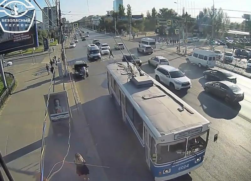На видео попал бессмертный пешеход на переходе площади Чекистов в Волгограде