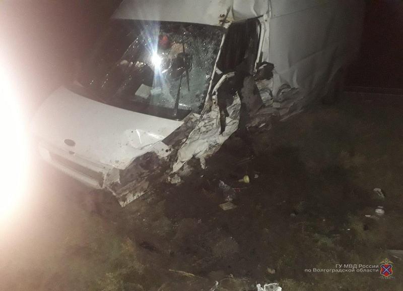 Четыре человека чудом выжили в ДТП с микроавтобусом на трассе в Волгоградской области