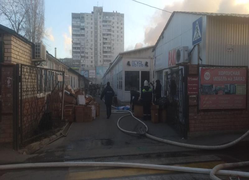 Торговый ряд полыхает на рынке «Олимпия» в Волгограде: пожарные ломают крыши