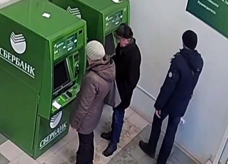 Похититель 40 тысяч из банкомата Сбербанка попал на видео в Волгограде