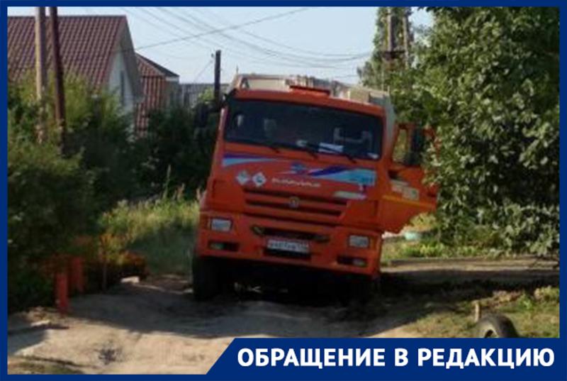 Мусоровоз провалился в незаделанную яму в Волгограде
