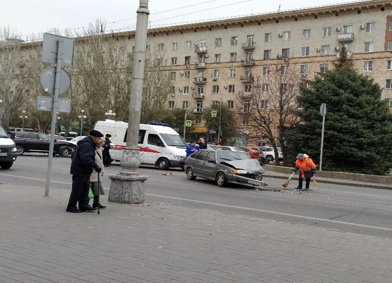 Lexus протаранил «четырнадцатую» на перекрестке на Комсомольской в Волгограде