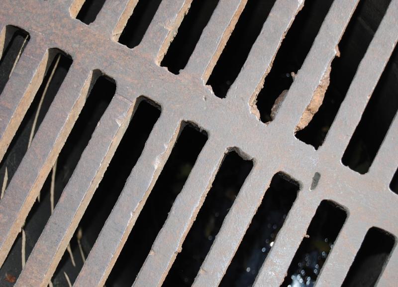 Директор районного ЖКХ подделал бумаги о ремонте канализации жильцам в Волгоградской области
