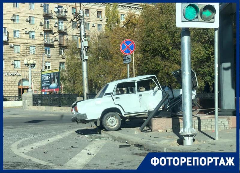 Жуткое ДТП на Комсомольской, где «семерка» протаранила ограждение, попало в объектив фотографа