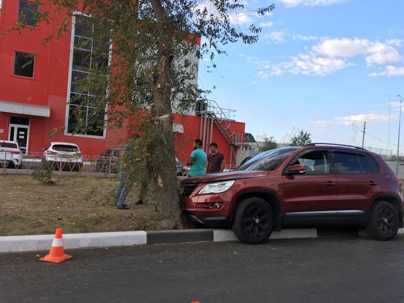 Очевидцев аварии, где пострадал 19-летний пассажир и водитель Volkswagen Tiguan ищут в Волжском