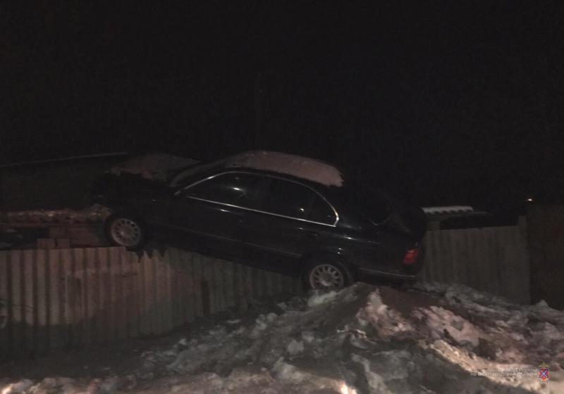 «Перелетевший» через забор водитель BMW угрожал полицейским пистолетом Макарова