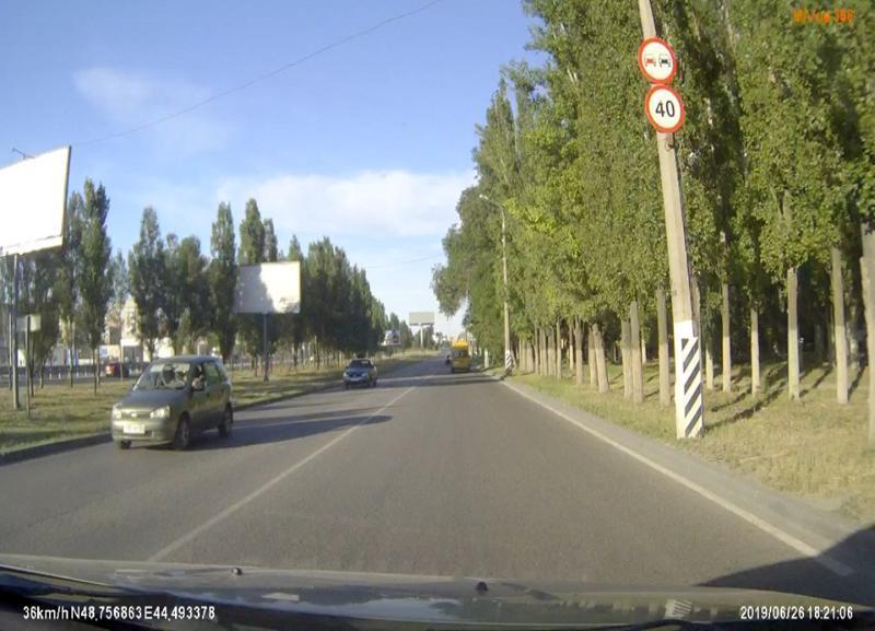 Неправильный знак по улице Землячки несколько лет веселит волгоградских автомобилистов