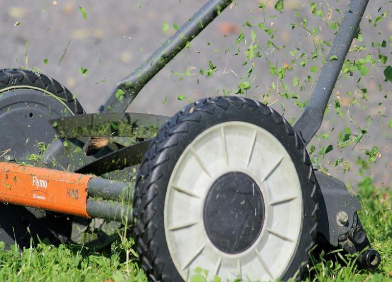 Из-за неосторожного дворника с газонокосилкой произошло ДТП в Волгограде
