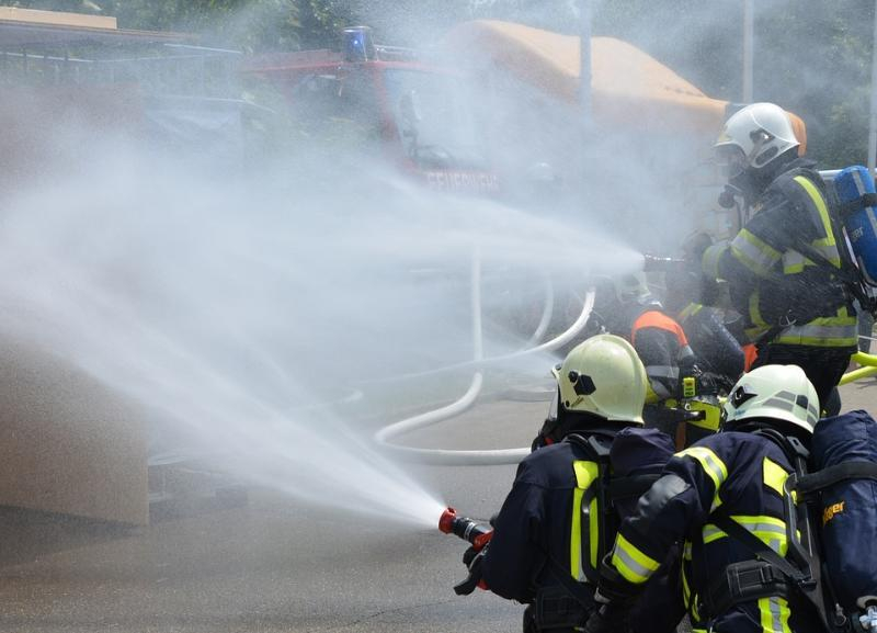 Больше двух часов сильный пожар не могли потушить в частном доме в Волгограде