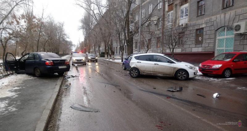 Водитель Lifan сыграл в бильярд тремя иномарками на севере Волгограда: есть пострадавшие