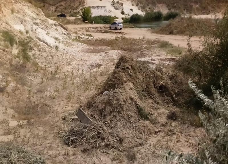 Волгоградцы жалуются на незаконный вывоз зловонного мусора к озеру