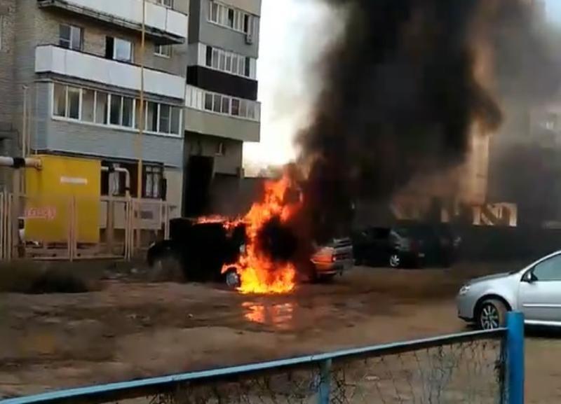 На видео попала горящая иномарка в Волжском