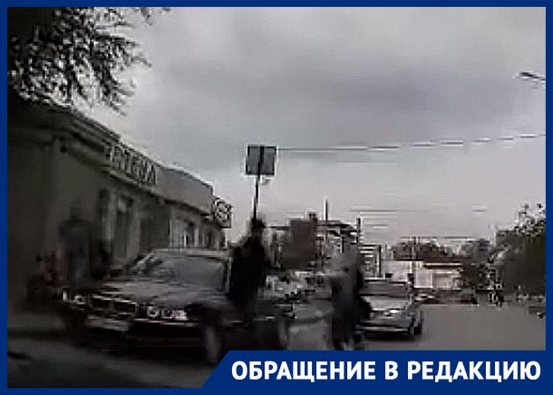 Избиение водителя сломавшейся на дороге иномарки в Волгограде попало на видео