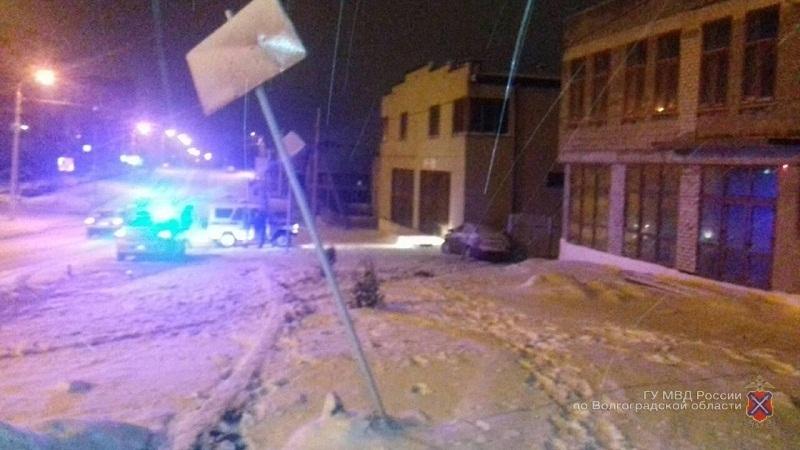 Пьяный водитель Hyundai протаранил дом на западе Волгограда: пассажир в коме