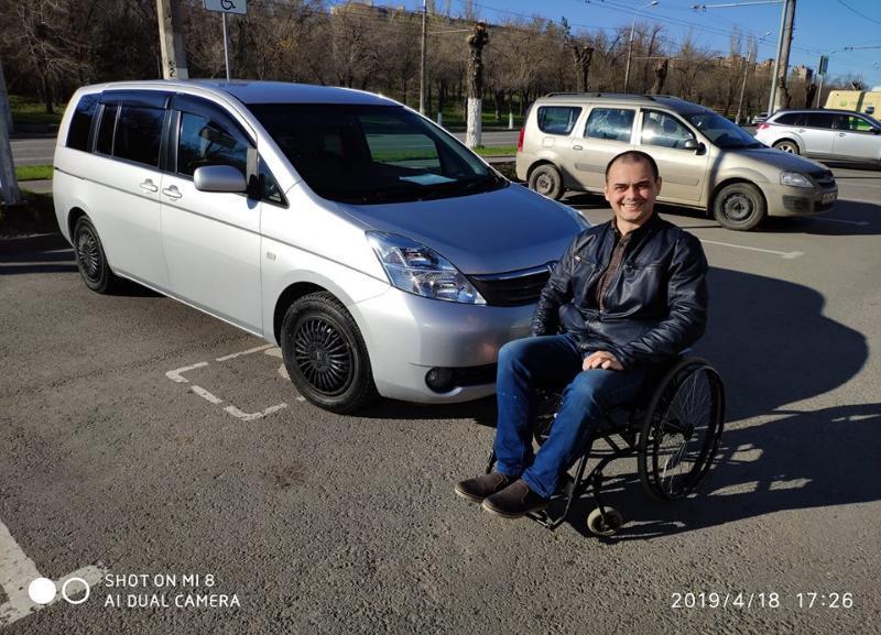 Разбитую неизвестными за критику волгоградских дорог машину инвалиду-колясочнику восстановили