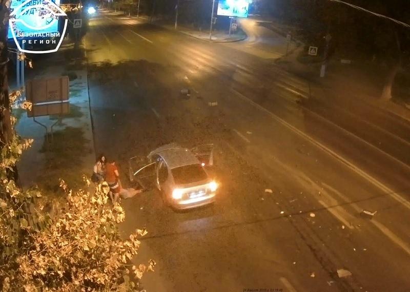 Пассажиры бросились вытаскивать водителя: жесткое столкновение двух легковушек в Волгограде попало на видео