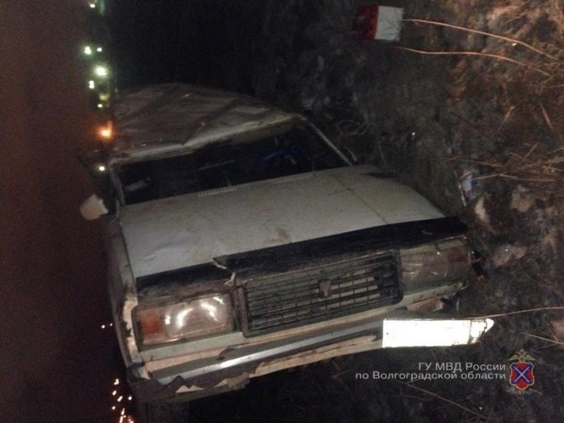 На юге Волгограда опрокинулся ВАЗ: один погиб, трое в больнице