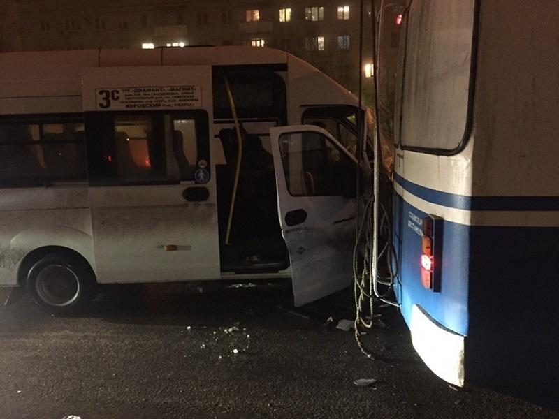 Волгоградцы сообщают о серьезном ДТП с маршруткой и троллейбусом