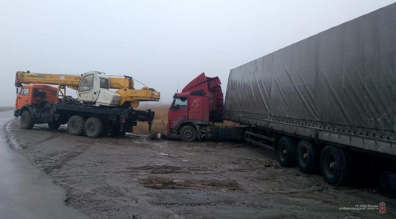 Подробности смерти водителя при попытке вытащить фуру из грязи автокраном в Волгограде