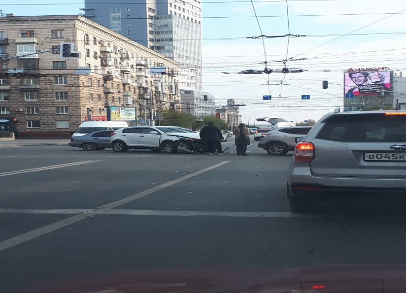Две иномарки не разъехались на перекрестке в Волгограде и собрали пробку