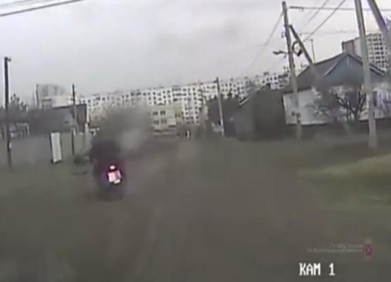 Удирая от сотрудников полиции, мотоциклист в Волгограде потерял пассажира