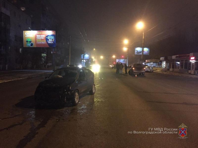 Парень на Lada Granta влетел в три иномарки на оживленной дороге запада Волгограда